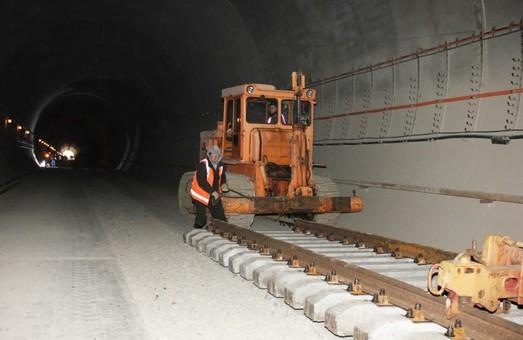 В Бескидском тоннеле прокладывают железнодорожные пути