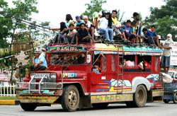 """На Филиппинах хотят заменить местные пассажирские грузовики """"Джипни"""" на более современный и экологичный транспорт"""