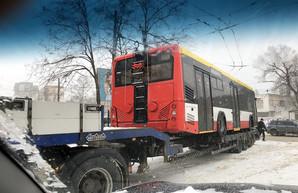 Четвертый белорусский троллейбус привезли в Одессу во время снегопада (ФОТО)