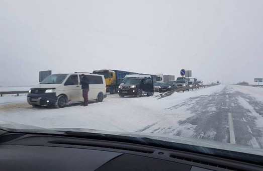 На севере Одесской области затруднено движение по трассе на Киев (ФОТО)