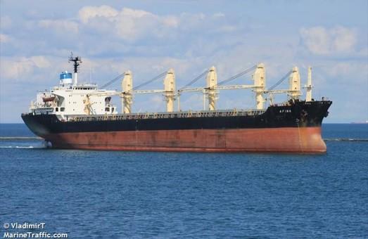 В порту под Одессой разружают судно с рекордной партией фруктов