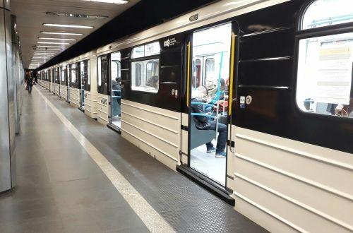В Будапешт доставили новые вагоны метро, оформленные как модернизацию старых