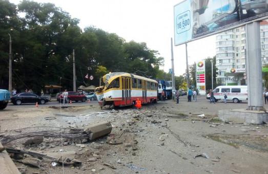 В Одессе обесточенный трамвай попал в аварию (ФОТО)