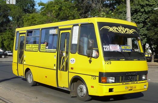 С улицы Ланжероновской в центре Одессы убирают автобусы