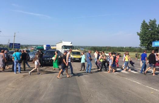 Протестующие против ужасных дорог перекрыли трассу Одесса — Рени