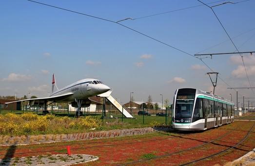 """Фото дня: сверхзвуковой """"Конкорд"""" и трамвай"""