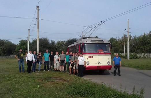 Любители электротранспорта прокатились на старейшем в Украине троллейбусе
