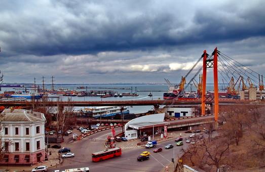 Ураганные ветер и упавшие деревья помешали работе электротранспорта Одессы