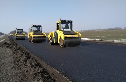 На Донбассе проводят поточный ремонт автотрассы на Мариуполь