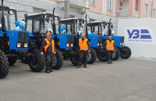 Железнодорожники получили новые трактора и автомобили