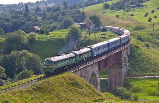 Из-за ремонта путей в Карпатах, ряд поездов изменит маршрут и график следования
