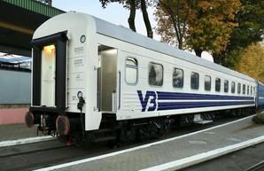 «Укрзализныця» будет по-новому красить пассажирские вагоны