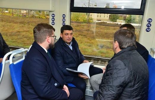 Гройсман и Омелян уже прокатились на рельсовом автобусе в Борисполь