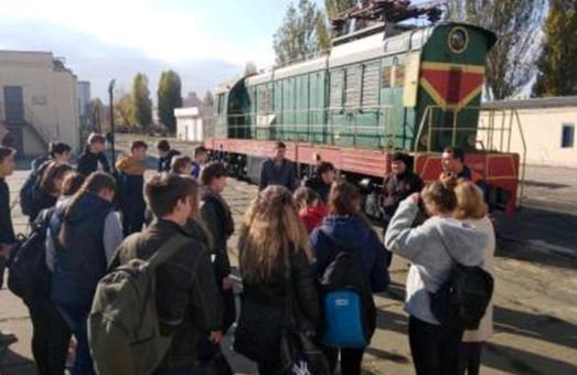 Школьникам Одессы провели познавательную экскурсию в локомотивное депо (ФОТО)