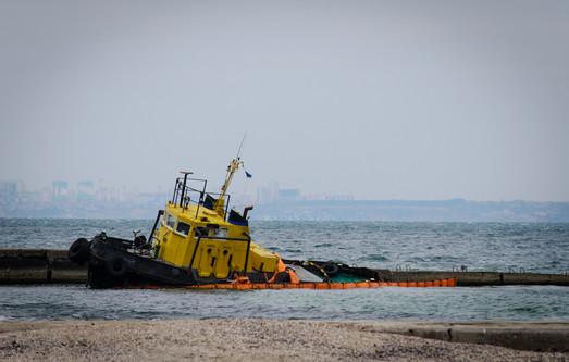 В Одессе на пляже уже больше двух недель валяется брошенный буксир (ФОТО)