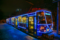 По улицам Днепра курсирует новогодний трамвай