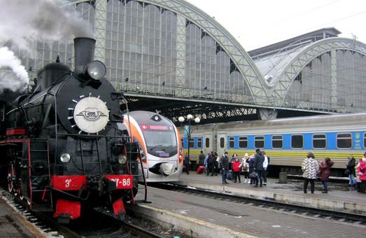 Во Львове курсирует праздничный ретро-поезд под паровозом Эр-797-86