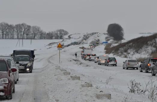 В связи с непогодой ситуация на автодорогах Украины остается сложной