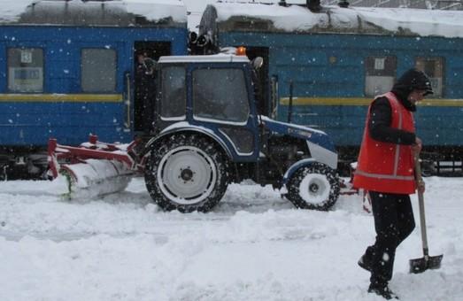 На Одесской железной дороге со снегом боролись полторы тысячи железнодорожников