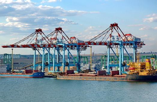 Часть металла из Мариуполя загружают на суда в порту Южный возле Одессы