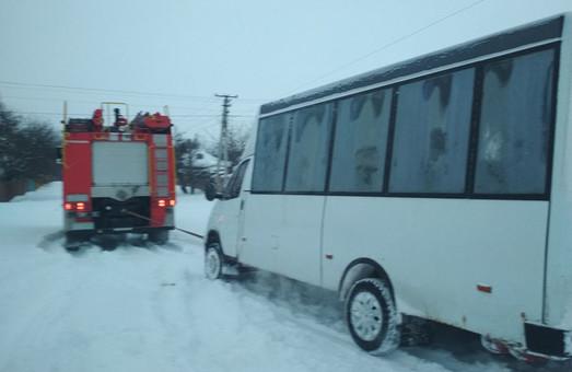 Одесские «чрезвычайники» рассказали, как спасали транспорт из снежного плена (ФОТО)