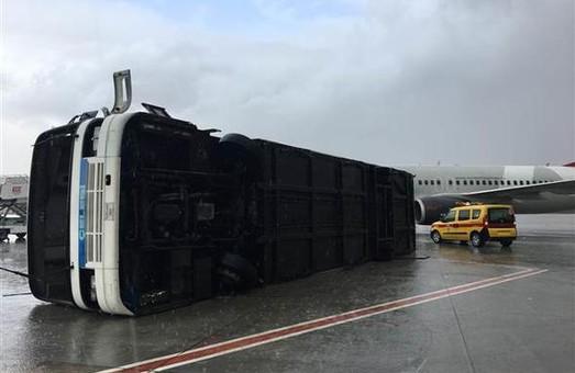 Непогода нарушила работу аэропорта Анталии и привела к значительным убыткам