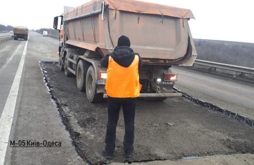 На трех автотрассах Одесской области латают ямы