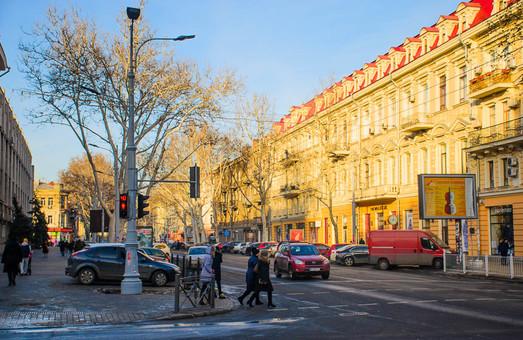 Водителям запретят парковать автомобили на отремонтированном тротуаре возле школы на улице Ришельевской