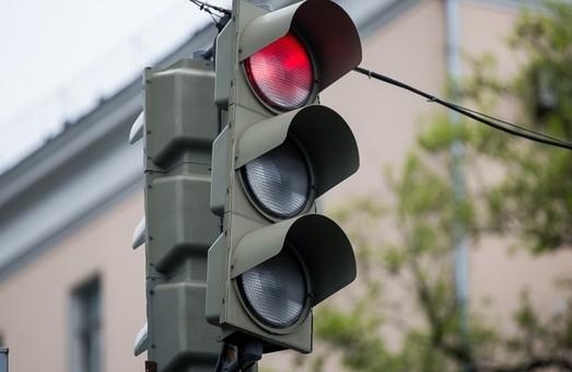 На перекрестке улиц Комарова и Генерала Петрова в Одессе меняют светофорное оборудование