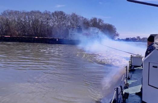 Морские пограничники на Дунае сняли с мели грузовое судно