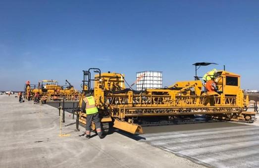 В Одесском аэропорту досрочно начали укладку бетона на новой взлетно-посадочной полосе