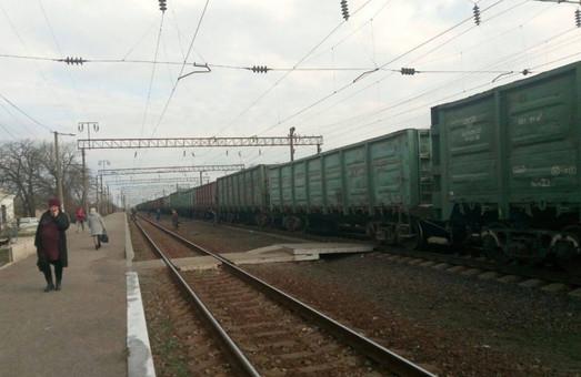 Жители Петровки и Рауховки в Одесской области жалуются на товарные поезда, которые разделяют поселки «берлинской стеной».
