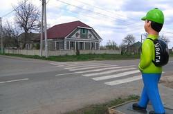 В селе Визирка Одесской области возле пешеходных переходов установили пластмассовые фигуры школьников