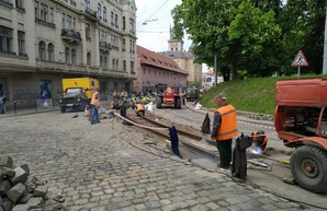 В центре Львова меняют трамвайные рельсы