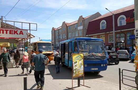 В одной из маршруток Белгород-Днестровского водитель радует юных пассажиров игрушками
