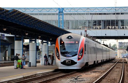 Под Киевом вчера вечером хулиганы атаковали скорый поезд из Львова