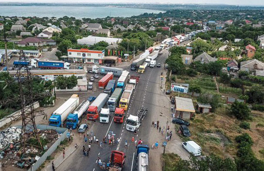 Жители Усатово под Одессой добились запрета проезда тяжелого транспорта через село