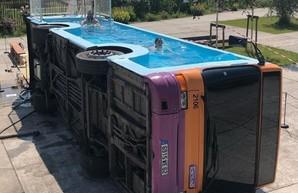 Из кузова старого автобуса сделали плавательный бассейн