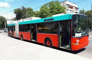 В Черновцах начали обкатывать швейцарские троллейбусы-«гармошки»