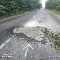 Неизвестный житель Одесской области самостоятельно «залатал» яму на трасе между селами Васильевка и Каракурт