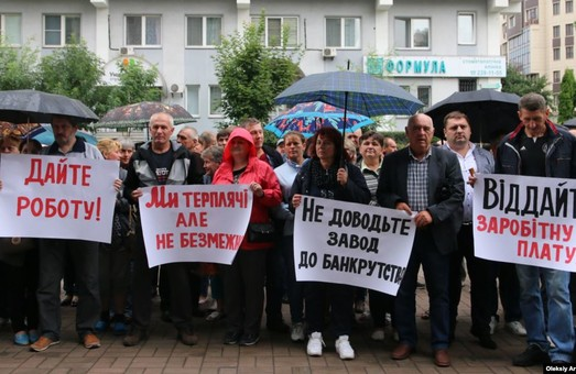 Сотрудники завода «Укрзализныци», который выпускат шпалы и опоры, пять месяцев не получают заработной платы