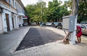 В Одессе построили еще один парковочный «карман» за счет тротуара