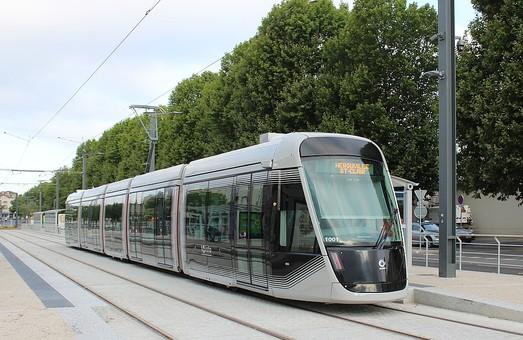Вместо шинного трамвая в французском городе Кан начал работать обычный трамвай