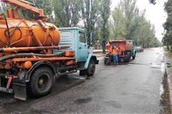 Коммунальные службы Одессы вчера убирали улицы от грязи, мусора и грунта, которые нанесли ливневые потоки
