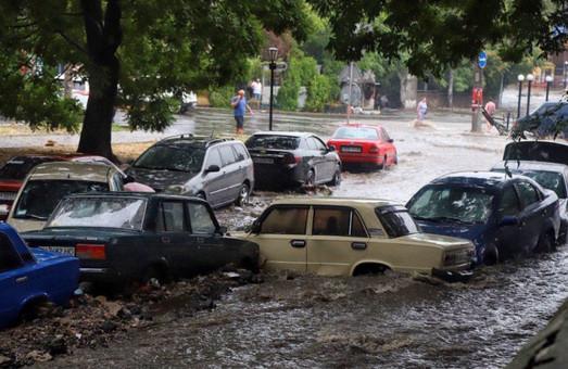 Причиной потопа на Деволановском спуске в Одессе, повредившего множество автомобилей, назвали устаревший канализационный коллектор