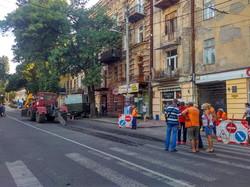 В Одессе перекрыли движение по улице Канатной из-за ремонта канализационного коллектора (ФОТО)