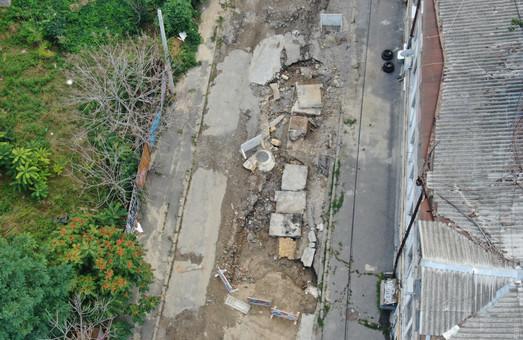 На Деволановском спуске восстановили коллектор, однако улица остается не проездной