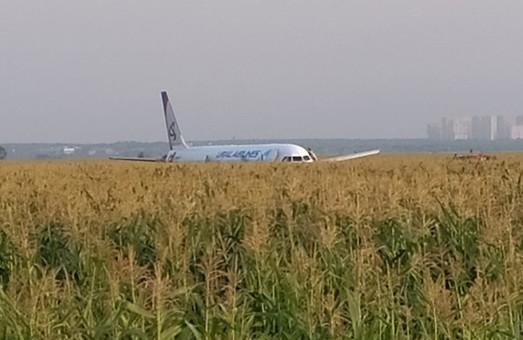 Под Москвой совершил аварийную посадку самолет «Уральских авиалиний»