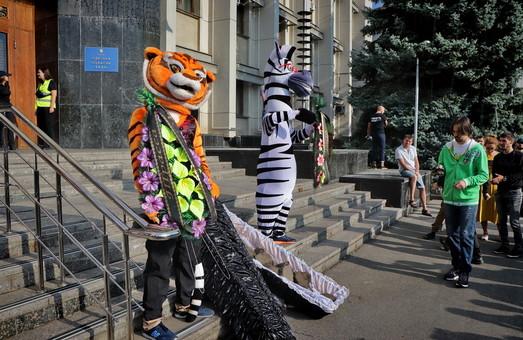 Под Одесский облсовет принесли гроб: символически похоронили дороги на Киев и Николаев (ФОТО)