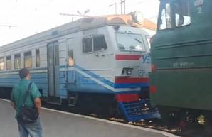 Под Киевом снова сфотографировали, как грузовой электровоз тянет неисправную электричку